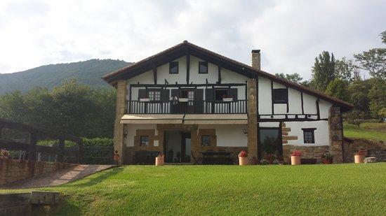 Casa Rural Arotzenea : Casa y entorno muy cuidado