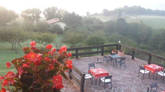 Casa Rural Arotzenea : Preparando las mesas para el desayuno