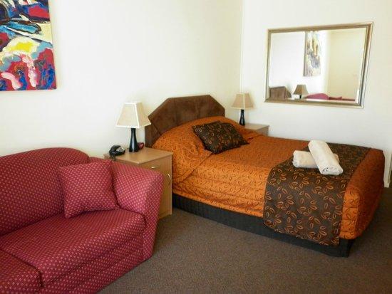 Augusta Courtyard Motel : beautiful big mirror in room