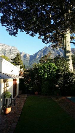 Riversong Guest House: The view from the dining room