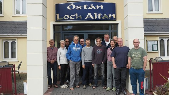 Hotel Loch Altan: Peter Hart Windsurfing Group at the hotel entrance