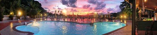 มโนราห์ โคซี่ รีสอร์ท : Our swimming pool area at the sunset