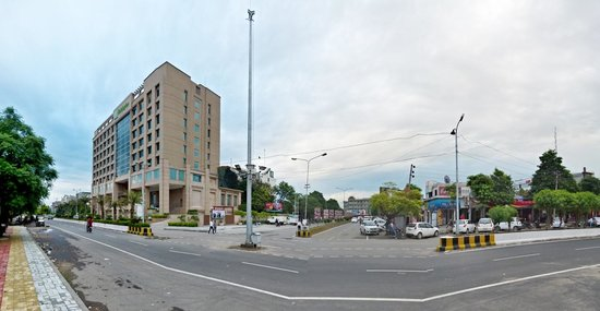 Holiday Inn Amritsar Ranjit Avenue : Hotel and surroundings