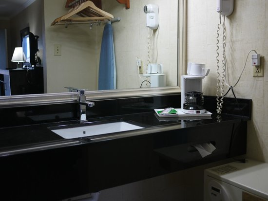 Days Inn Wilmington/newark: HGTV style vanity