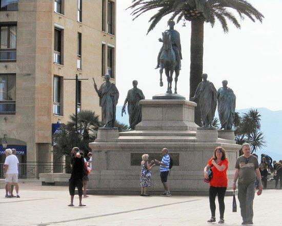 Place de Gaulle : Il monumento
