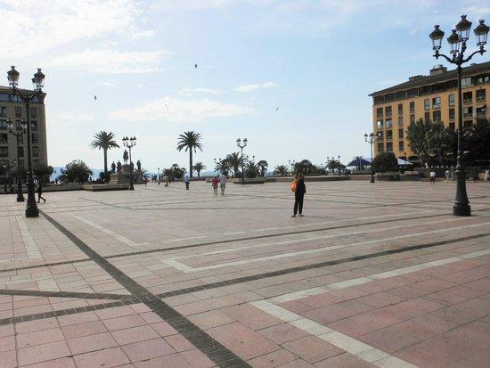 Place de Gaulle : La piazza