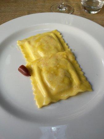 Ravioli di spigola con burro francese e finger lime