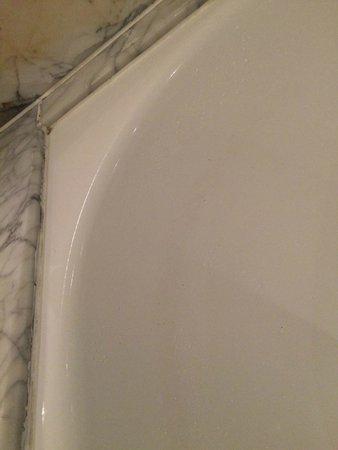 InterContinental Marine Drive: Ring of dirt around the bath