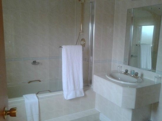 Leasowe Castle Hotel: Bathroom