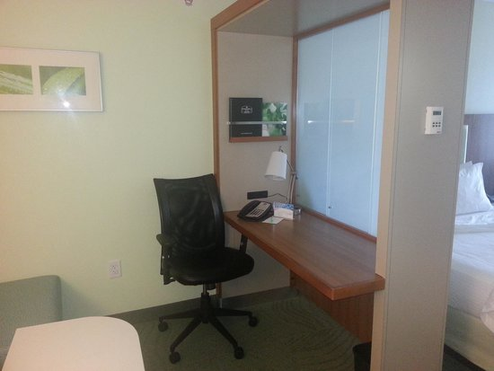 SpringHill Suites Charlotte Ballantyne Area: Desk with privacy