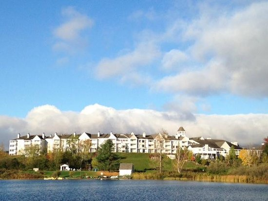 Manoir Des Sables: view of hotel from across the lake