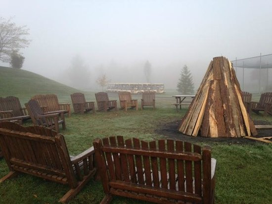 Manoir Des Sables: Outdoor fire place and golfing