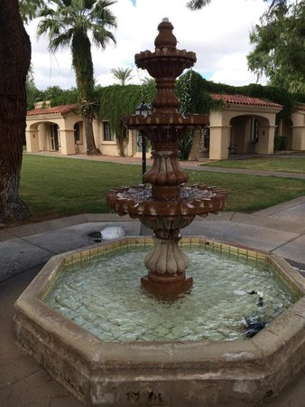 Scottsdale Plaza Resort : The fountain just outside our room!