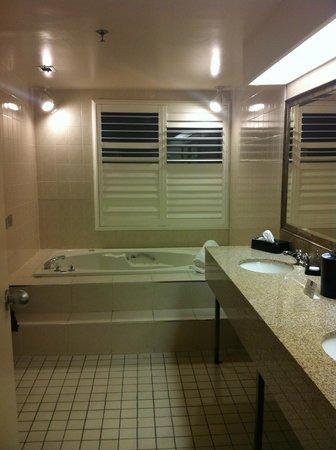 Best Western Plus Cairn Croft Hotel: big bright bathroom !