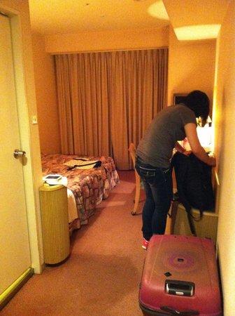 ibis Styles Osaka: 房間空間算大的,29吋行李攤開,人過的去