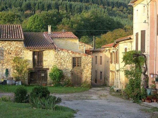 La Cocagniere: Der kleine Weiler, in dem die Pension liegt.