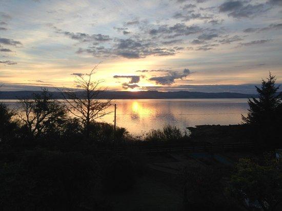 Kilfinan View Bed & Breakfast: Vue sur le Loch Fyne de la chambre.