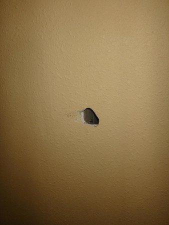 Days Inn Bath Hammondsport : Hole in the wall