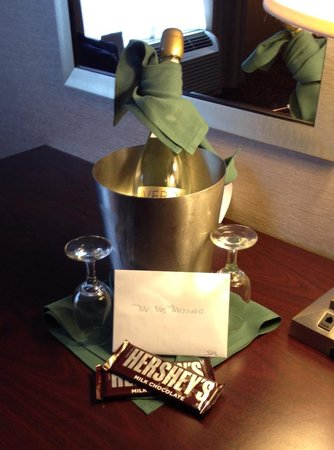 Holiday Inn Norwich : Chamoagne put in room for annivesary