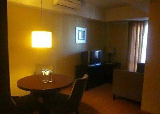 Lancaster Hotel Manila: Living area