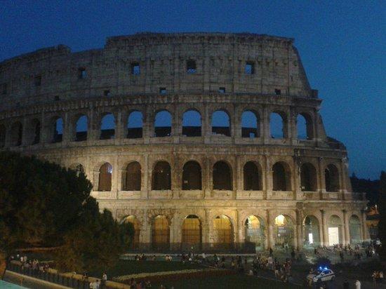 le colis e en d but de soir e picture of colosseum rome. Black Bedroom Furniture Sets. Home Design Ideas