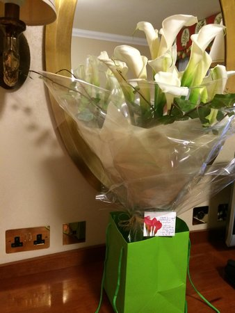 Kingsway Hall Hotel : anniversary flowers in the room