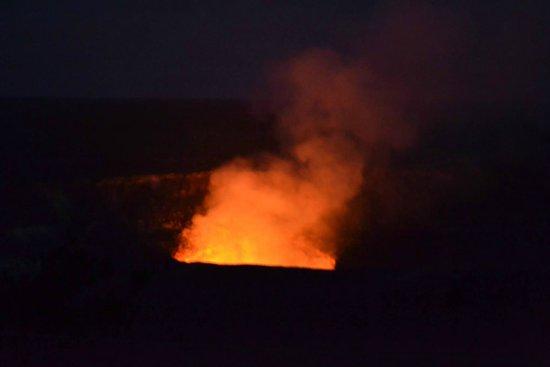 Thai Thai Bistro & Bar: Volcan en erupcion, cerca del restaurant