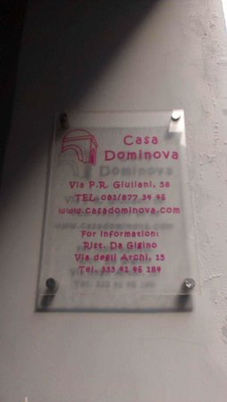 Casa Dominova Bed and Breakfast: Front door sign
