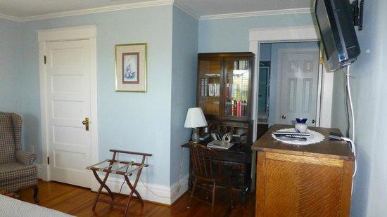 MiddleRidge Bed and Breakfast: King bedroom #B