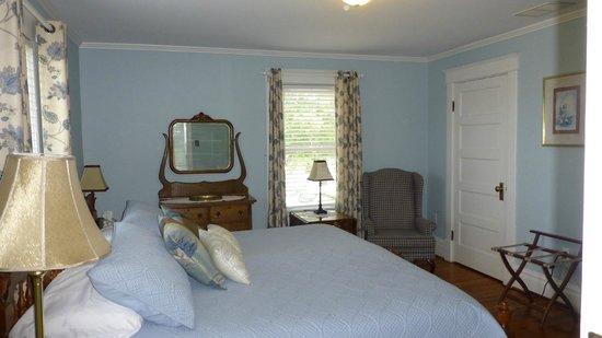 MiddleRidge Bed and Breakfast: King Bedroom #A