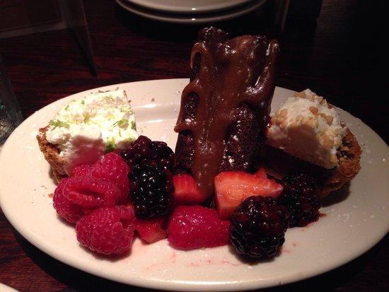 Wildfire: Esta foi a sobremesa que escolhi, deuso! Três tipos de Cake e frutas da estação.