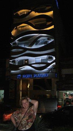 Hotel Platino Termas de Rio Hondo: Vista del hotel de noche,La fachada.