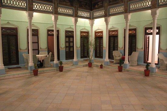 Neemrana's - Piramal Haveli: Courtyard at night