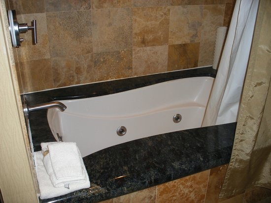 IP Casino Resort Spa - Biloxi : Jetted tub in Penthouse room
