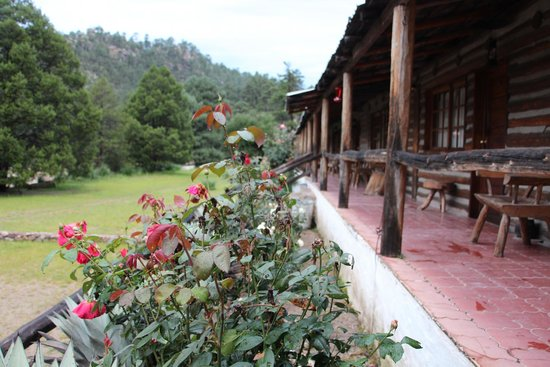 cusarare river sierra lodge: THE  LODGE IS SURROUNDED BY MOUNTAINS.