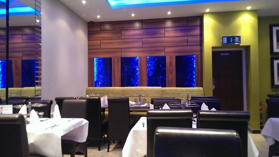Delhi Deluxe Indian Restaurant: Beautiful atmosphere with toned lighting, good music and the bubble tank!
