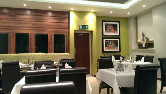 Delhi Deluxe Indian Restaurant: Modern interior