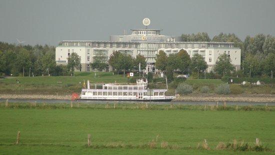 Welcome Hotel  Wesel: Welcome Hotel Wesel gesehen vom Linker Rheinufer