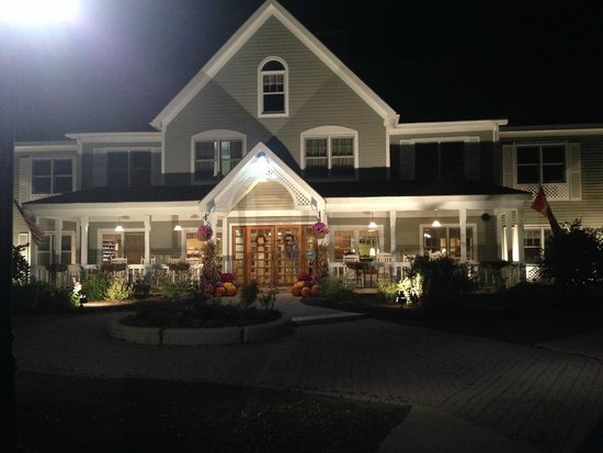 The Country Inn at the Mall: evening shot of front entry