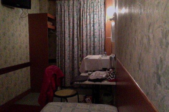 Chambre de bonne picture of hotel telemaque paris for Chambre d hotel france