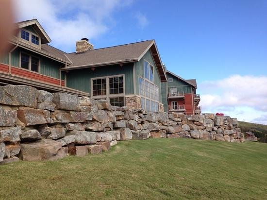 The Lodge at Mount Magazine : Lodge from the cliff side.