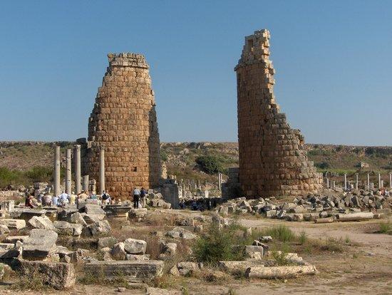 Helensitik girişte heykel kaideleri - Picture of Perge ...