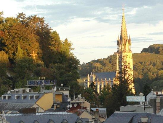 Hotel Sainte-Elisabeth: wschod słońca nad sanktuarium