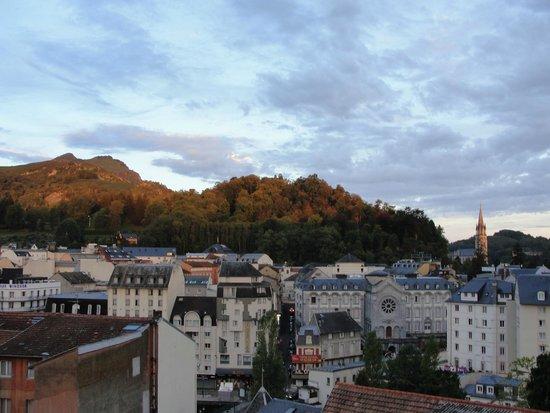 Hotel Sainte-Elisabeth: Lourdes w porannym słońcu