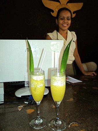 Cala Luna Luxury Boutique Hotel & Villas: Refreshment, when you arrive & front desk Rep