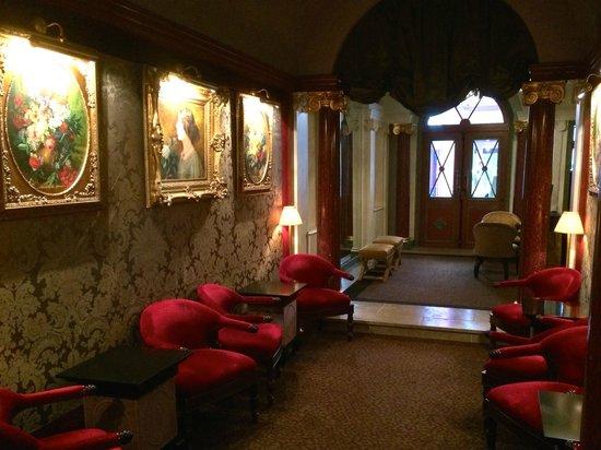 Maison Athénée : Front entrance hall
