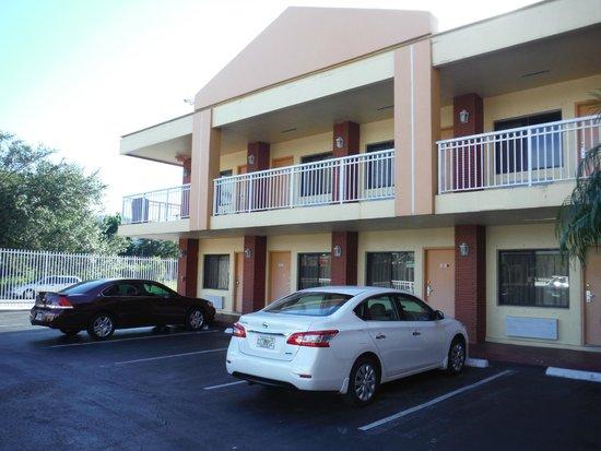Midtown Inn Miami: estacionamento e entrada dos apartamentos