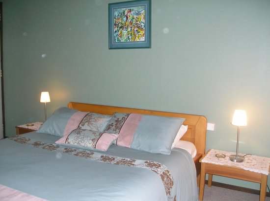Bush Walk Bed & Breakfast Homestay: Wisteria room - extra large Queen