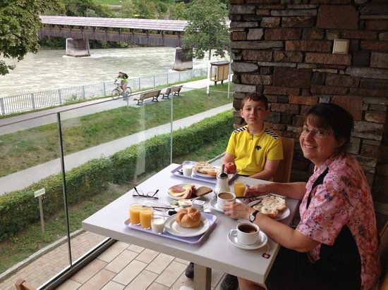 Youth Hostel Jugendherberge Fritz-Prior-Schwedenhaus: Breakfast overlooking the Inn River