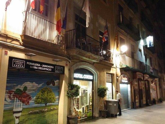 Hotel Cortes: Ingresso sulla strada pedonale che unisce la rambla al viale parallelo.